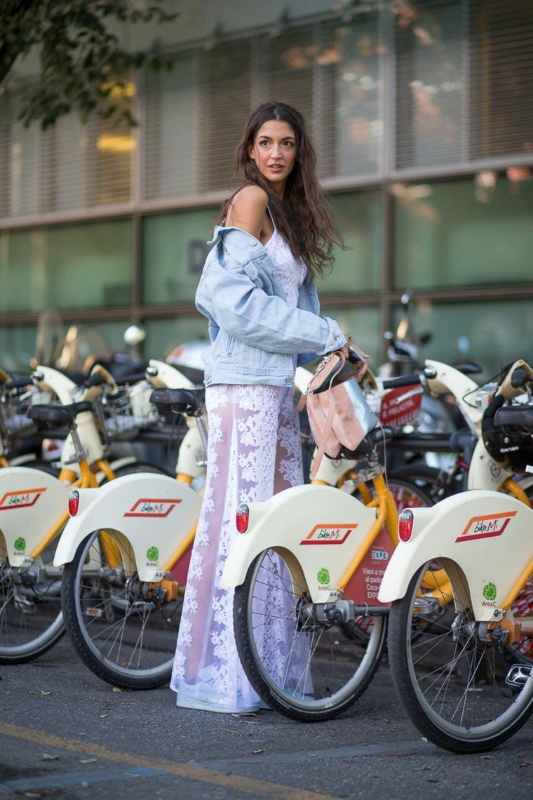 Pantalone bianco con pizzo a palazzo, giacca di jeans e top, biciclette a noleggio