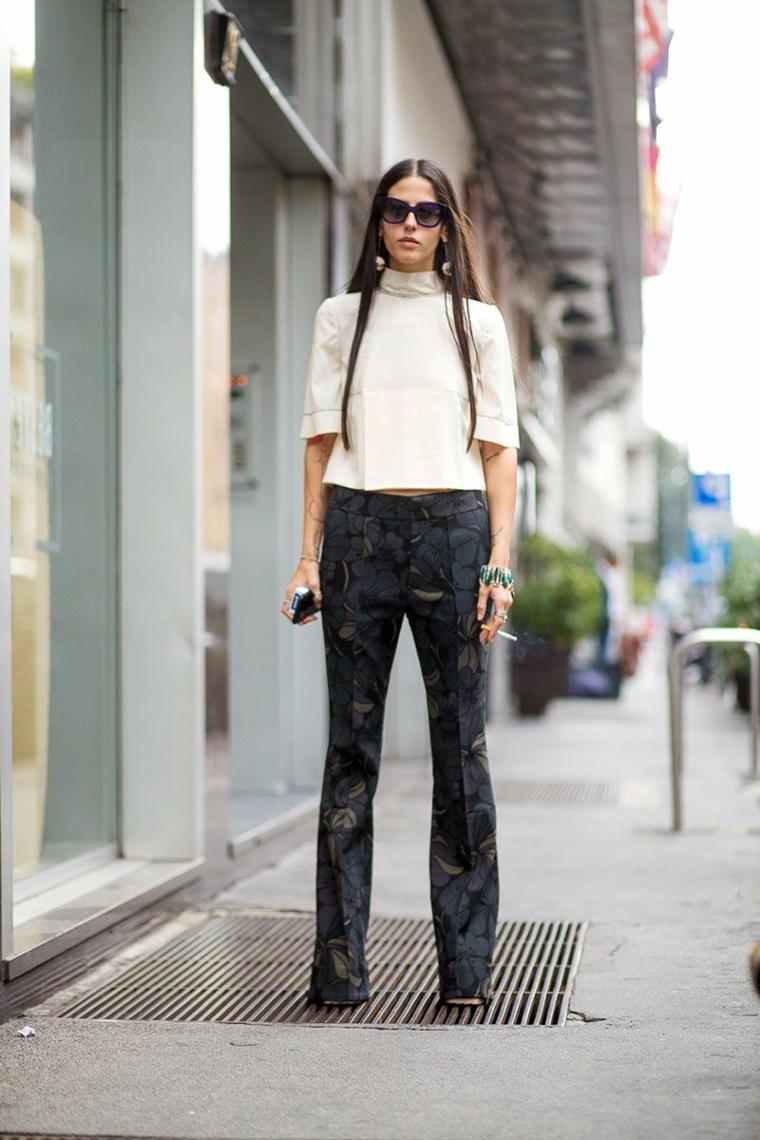 Sreet style elegante per una donna, pantalone con motivi floreali e maglietta bianca