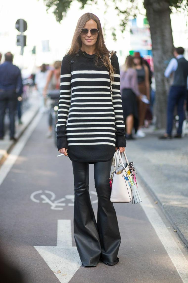 Come abbinare i colori, pantalone di pelle nero in combinazione ad un maglione lungo