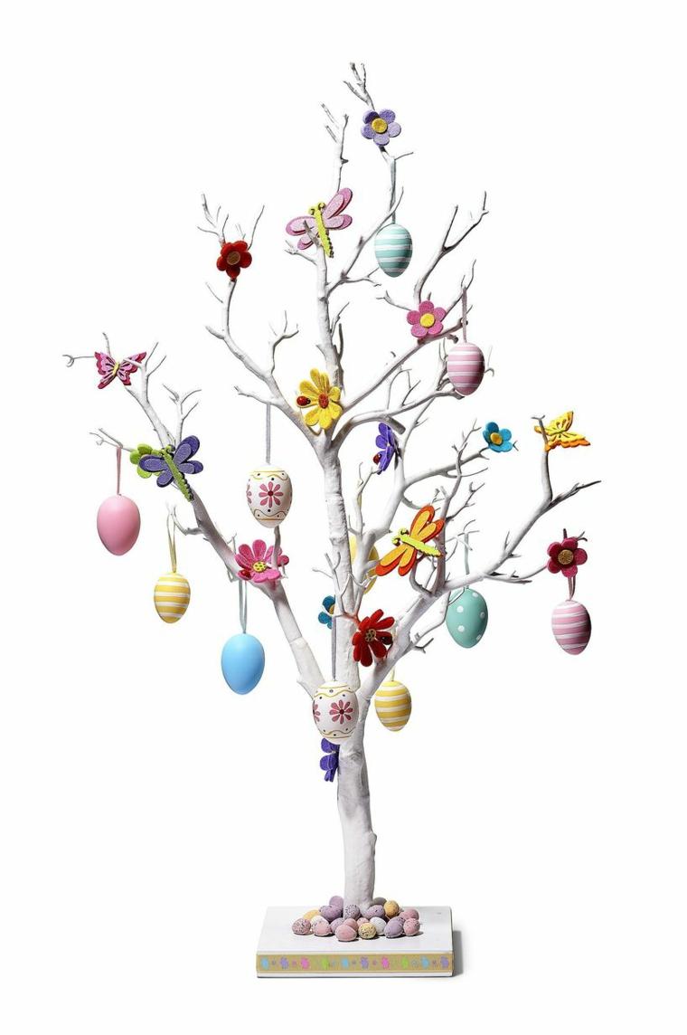 tante decorazioni colorate, uova, farfalle e fiori per un albero di pasqua idee originali