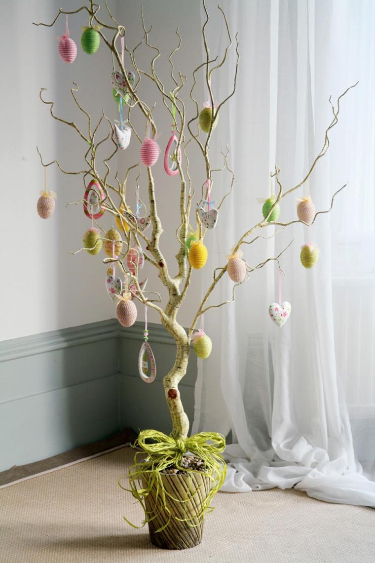 una proposta per creare alberi di pasqua originali con addobbi a dorma di cuore e uova