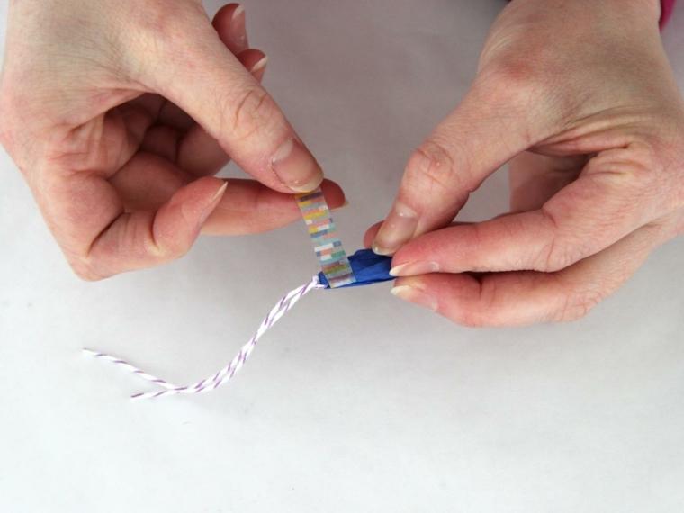 ultimo passaggio per realizzare delle decorazioni pasquali fai da te: applicare il nastro adesivo intorno alla carta crespa