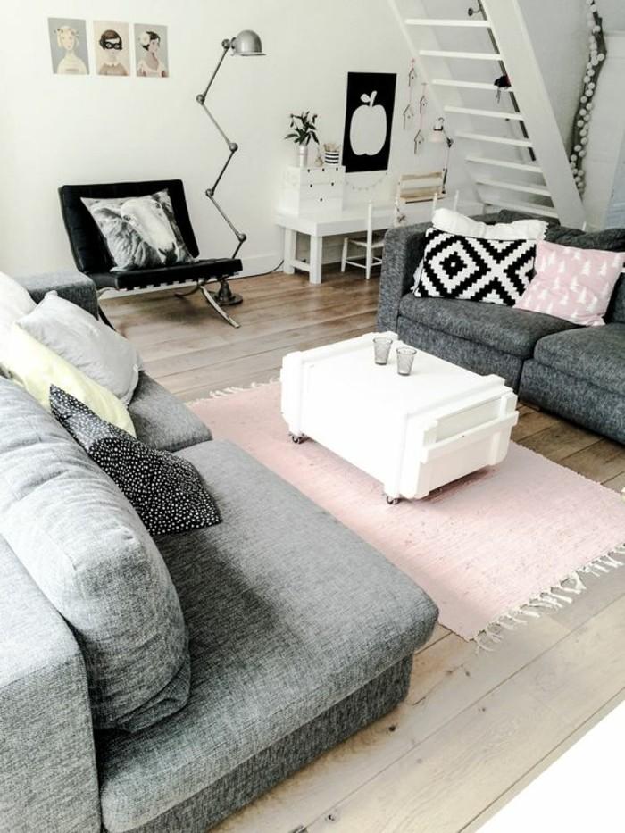 Come arreda un salotto piccolo con due divani e un tavolino, scala interna in legno di colore bianco