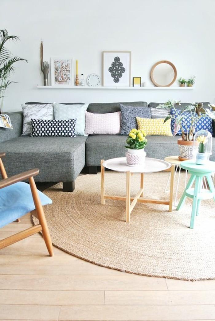 Abbinare le diverse tonalità di colore per arredare e decorare un soggiorno piccolo