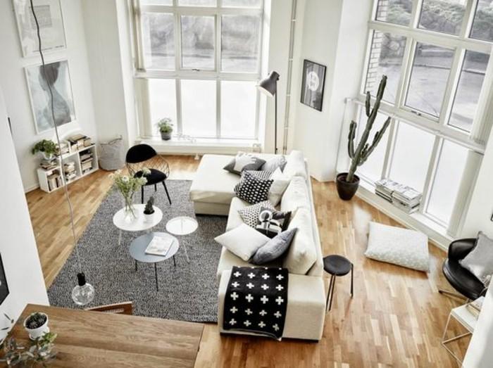 Come arredare un soggiorno dalla forma irregolare, mobili moderni e un divano molto grande