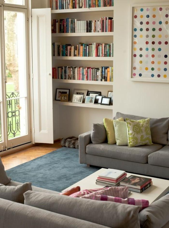 Soggiorno classico con due divani con fodere e un tappeto abbinato