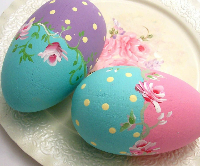 un esempio per uovo di pasqua disegno con delle rose e dei pois dorate su fondo azzurro, rosa e viola