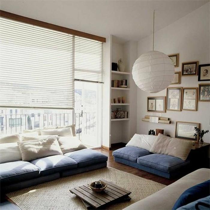 Arredare il salotto con dei mobili fai da te in pallet, decorare con una cuscineria colorata