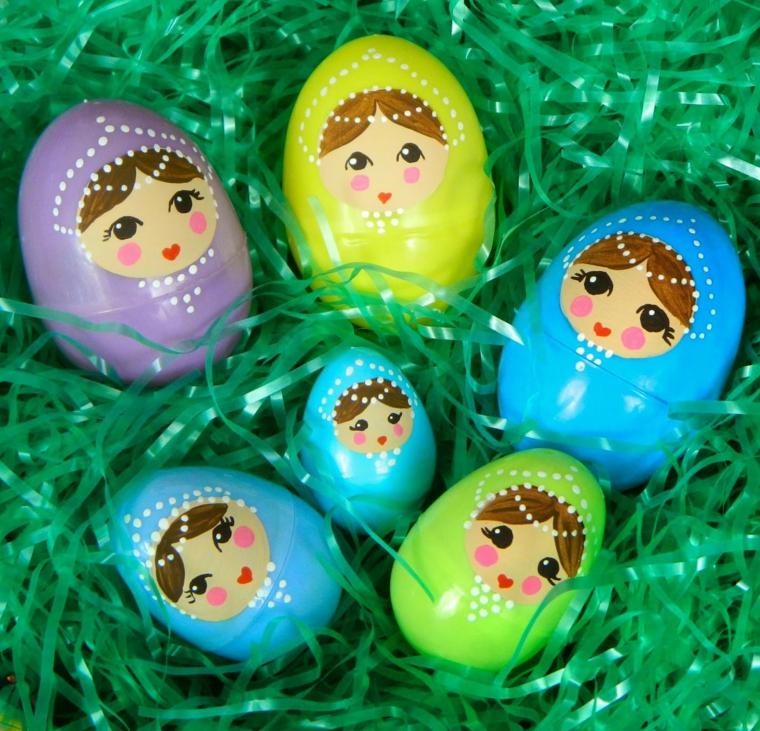 idea per decorare uova di pasqua con delle faccine di matrioske con le guance rosa