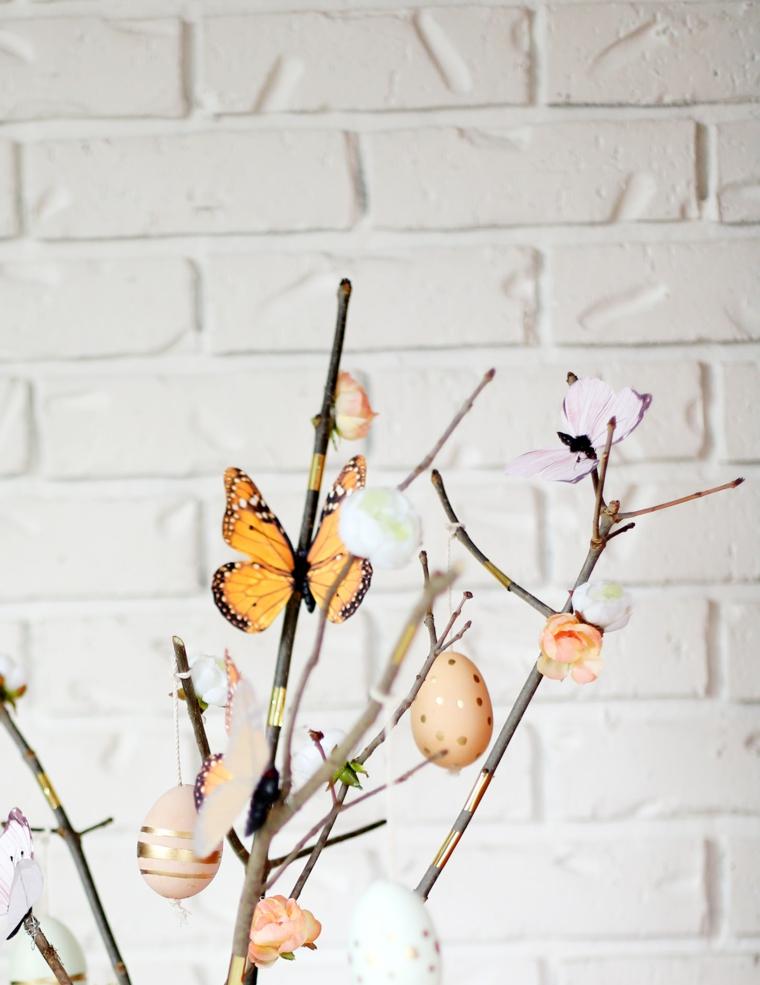 idea per realizzare degli addobbi pasquali fai da te con fiori e farfalle, uova decorate oro