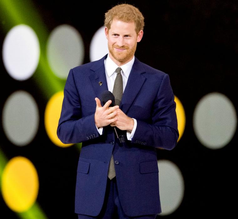 Abbigliamento elegante per il Principe Harry, acconciatura capelli biondi per uomo con barba
