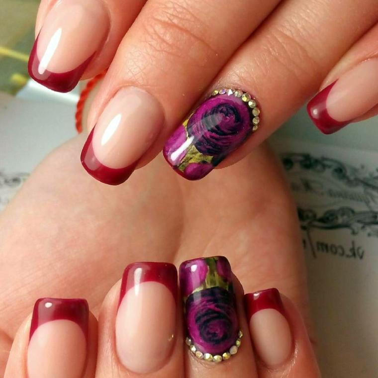 un'idea per realizzare delle unghie french colorate con smalto rosso scuro e anulare decorato