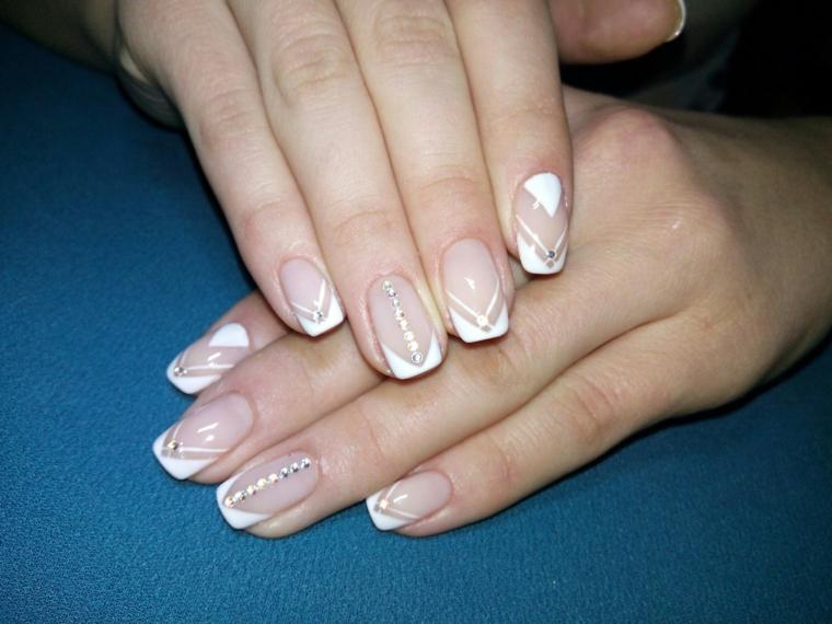 un'idea per realizzare delle unghie french ideale anche per una cerimonia con decorazioni eleganti