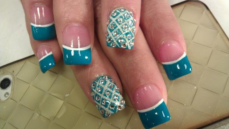 un'idea per realizzare delle unghie gel french colorate con smalto turchese, bianco e glitter