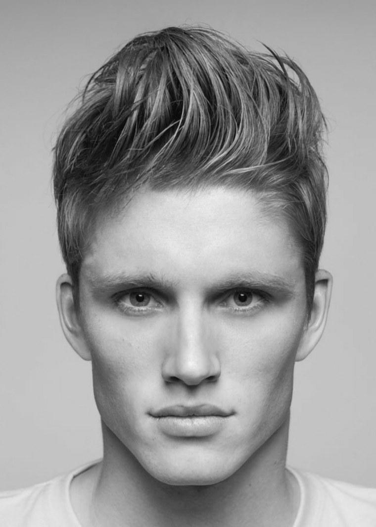 un'idea per taglio capelli maschile con i lati corti e il ciuffo lungo pettinato all'insù