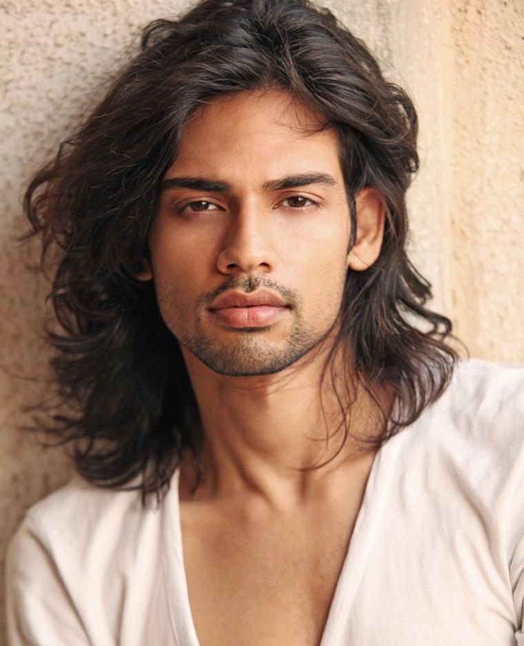 magnifica proposta per un taglio maschile lungo, capelli ondulati e barba