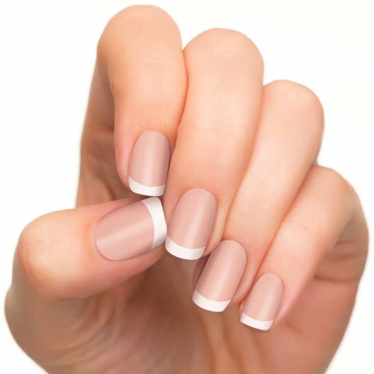 una manicure french unghie tradizionale con base rosa cipria dalla finitura opaca