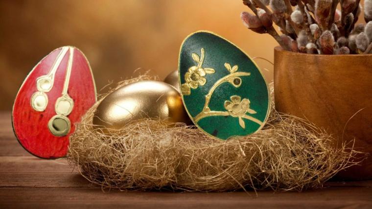 come decorare uova di pasqua con dell'oro, il rosso e il verde, un nido e in vaso in legno