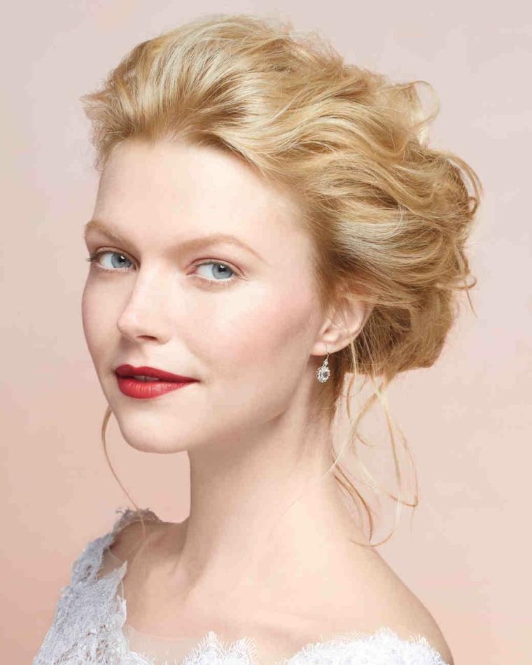 un esempio di raccolto capelli su una ragazza bionda con gli occhi azzurri, con rossetto rosso