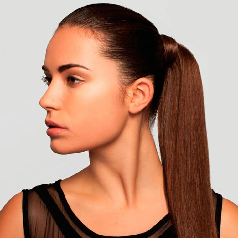 una modella con i capelli lisci e castani raccolti in una coda di cavallo, trucco naturale