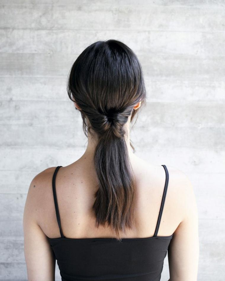 un'immagine da dietro di una ragazza con i capelli castani raccolti in una coda bassa