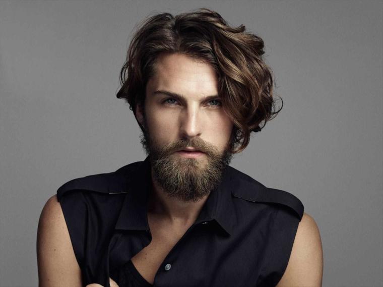 un'idea per un taglio maschile di media lunghezza per capelli ondulati, barba lunga