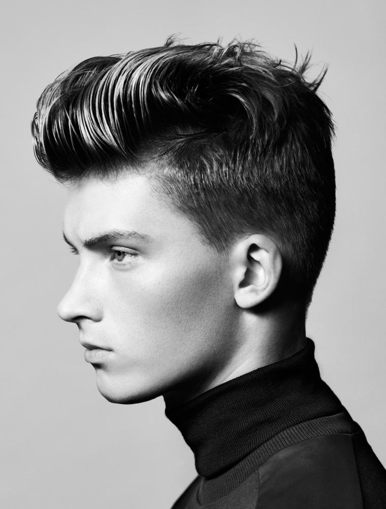 un'immagine di profilo che evidenza il taglio di capelli uomo pompadour, maglia a collo alto nera