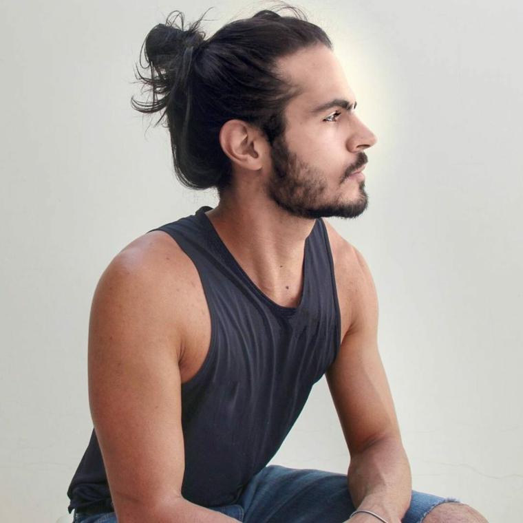 un esempio di tagli uomo con un man bum e barba per un look giovanile e di tendenza