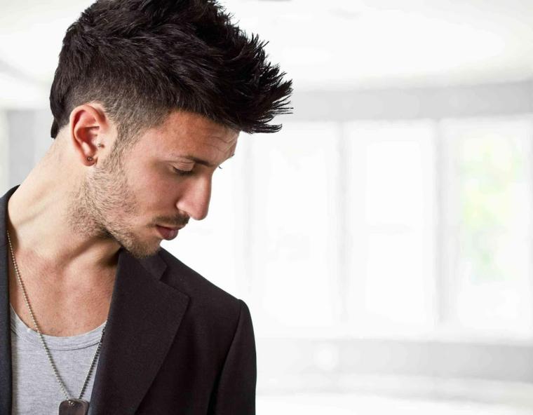 un esempio per taglio capelli maschili con ciuffo pettinato all'insù, giacca scura