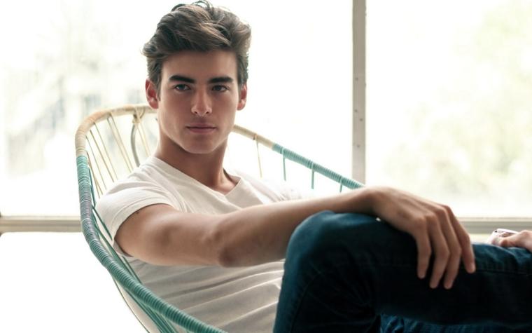 un esempio per capelli uomo corti alla moda, maglietta bianca e jeans