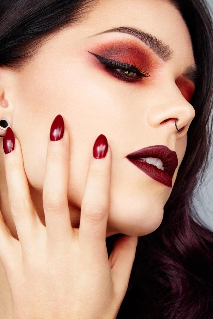 un trucco incentrato sul rosso con le labbra, l'ombretto e le unghie di questa tonalità