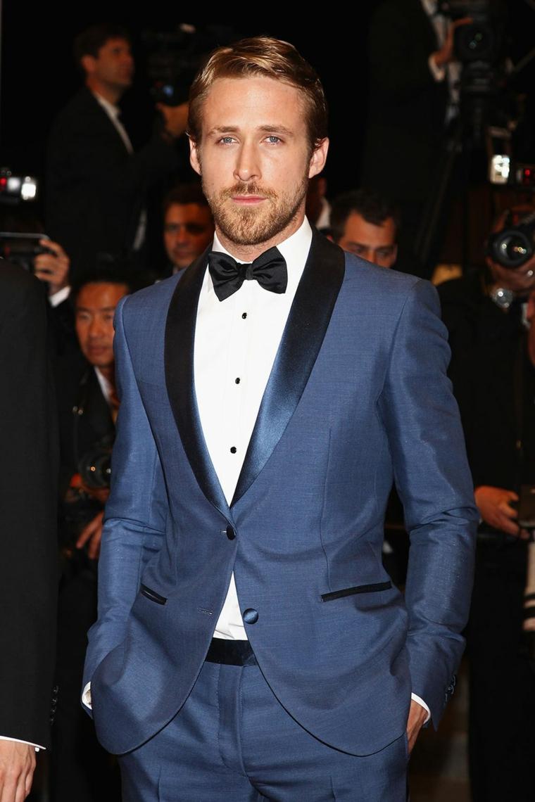 L'attore Ryan Gosling con un vestito blu e capelli stile anni '50 biondi, attori americani giovani
