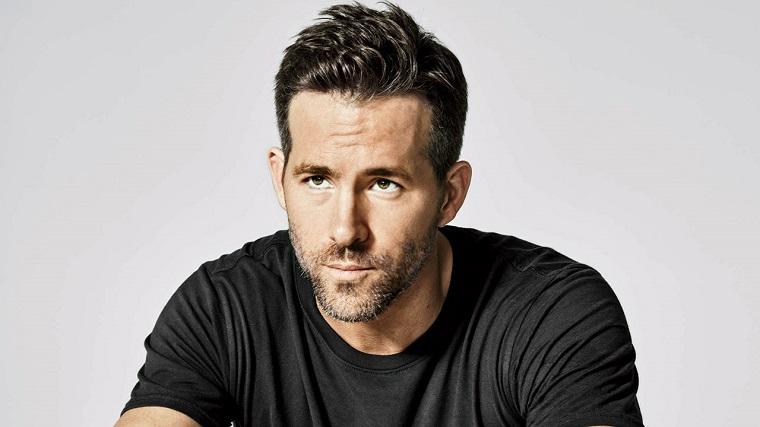 Uomini affascinanti, Ryan Reynolds con una t-shirt nera e viso con barba