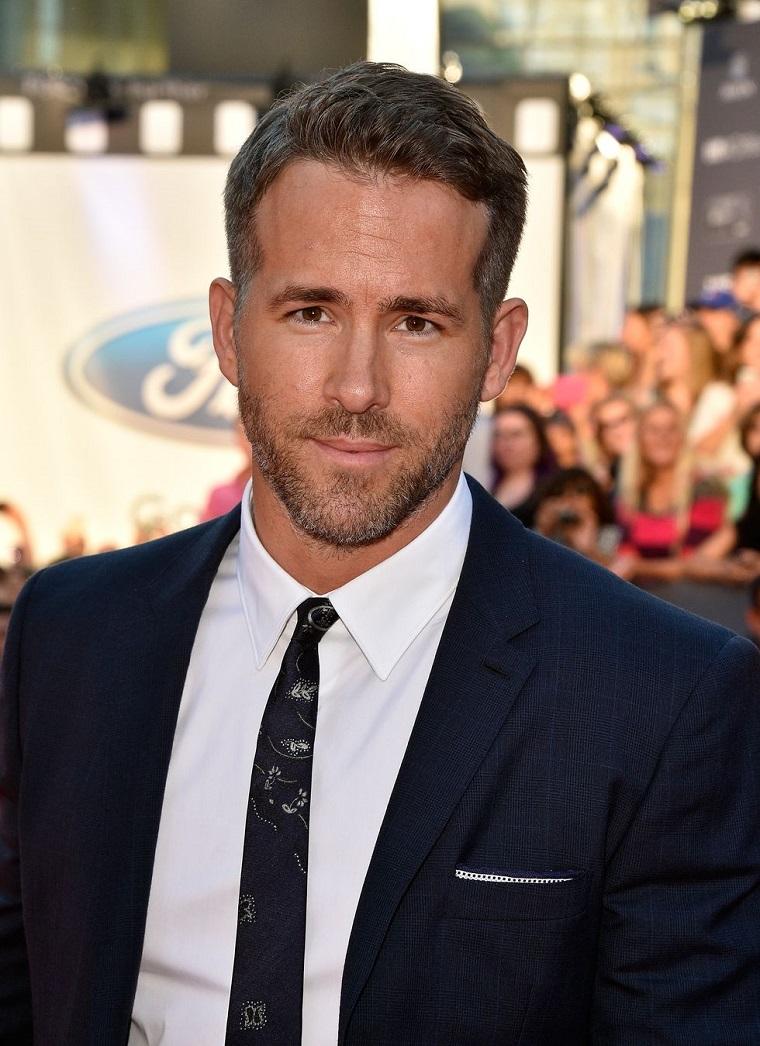 Uomini belli, Ryan Reynolds vestito in modo elegante con giacca e cravatta