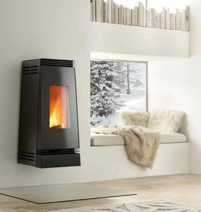 Idea decorazione un piccolo soggiorno riscaldato con una stufa sospesa alla parete