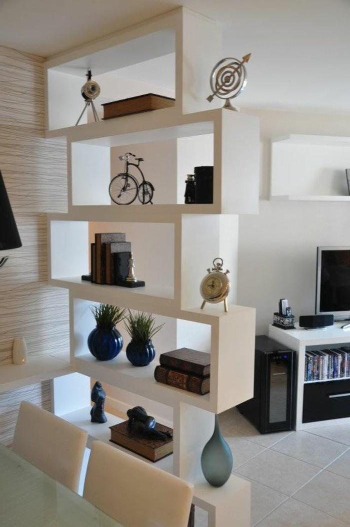 Come arredare salotto piccolo e decorare con una parete a nicchie e vari accessori
