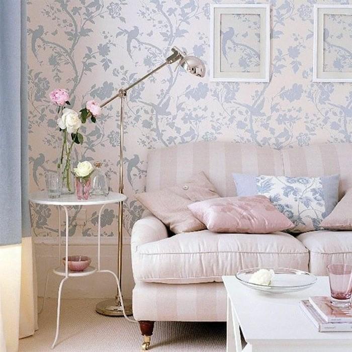 Idea arredare salotto piccolo con pareti decorate con carta da parati e un divano shabby chic