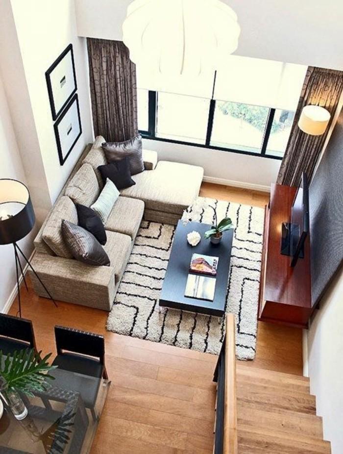 Arredamento salotto con un divano angolare e set con tavolo da pranzo e sedie