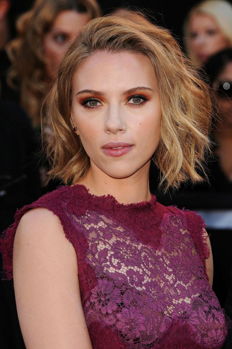 Colore capelli biondi per Scarlett Johansson, taglio caschetto lungo con onde morbide