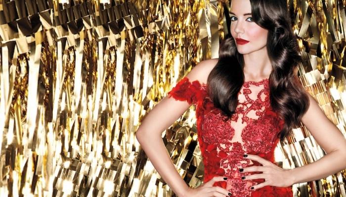 un'idea per abbinare i rossetti rossi ad un abito in pizzo rosso elegante e sexy