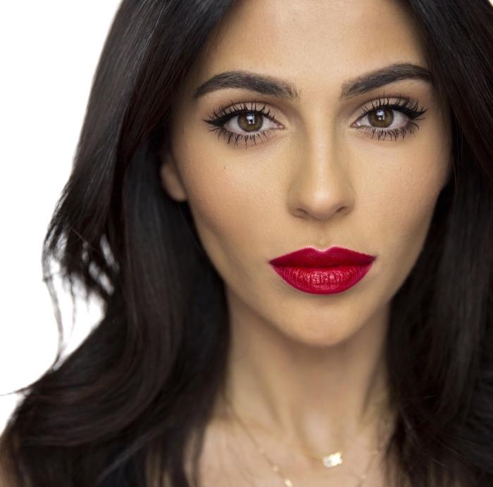 una ragazza con gli occhi e i capelli castani, le labbra carnose con del rossetto rosso scuro