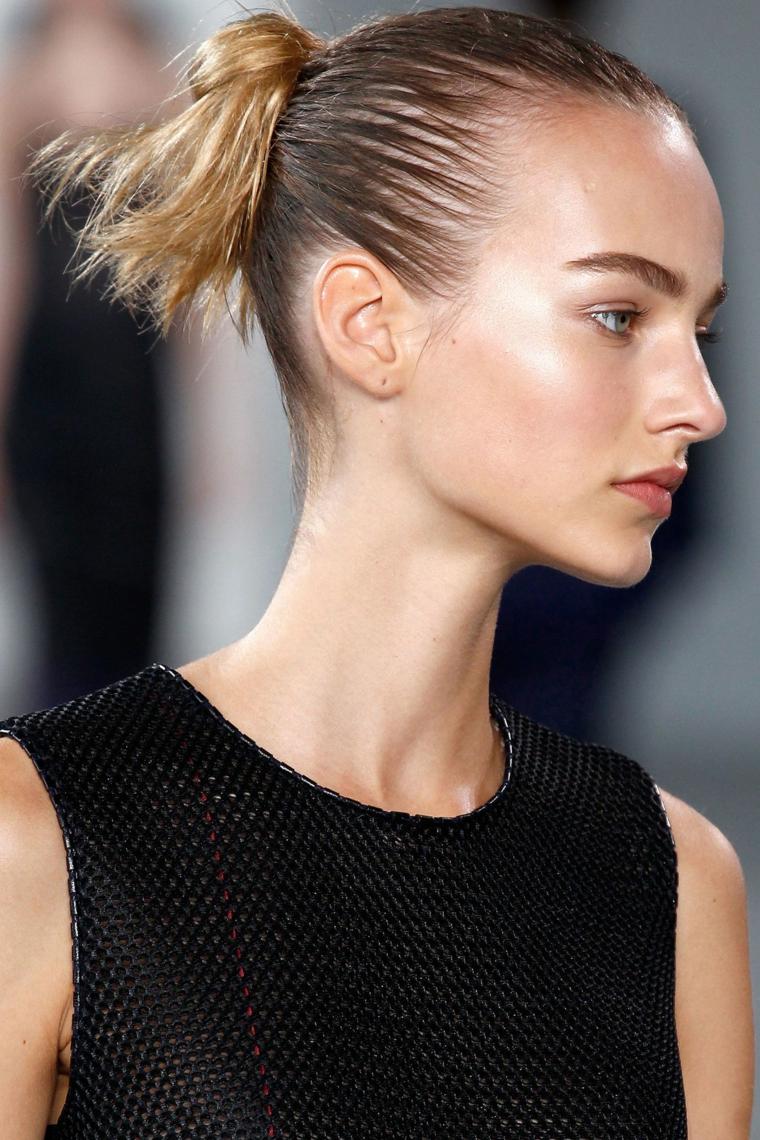 un'idea per acconciature capelli lunghi con una coda alta con mezzo chignon