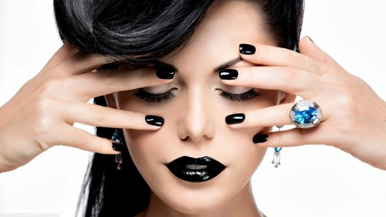 Manicure forma a mandorla, unghie gel nere in abbinamento al rossetto dark