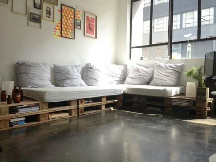 Pallet divano, arredamento soggiorno con un canapé ad angolo, libri sistemati sotto