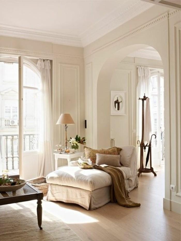 Idea arredamento con mobili in stile classico, soggiorno piccolo nella tonalità di colore chiaro
