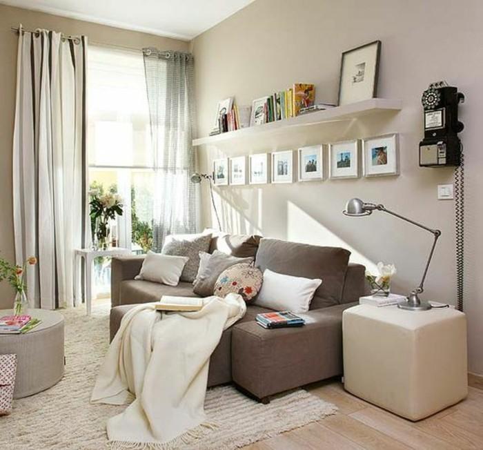 Mobili soggiorno nella tonalità di colore chiaro, decorazioni e mobili di colore beige