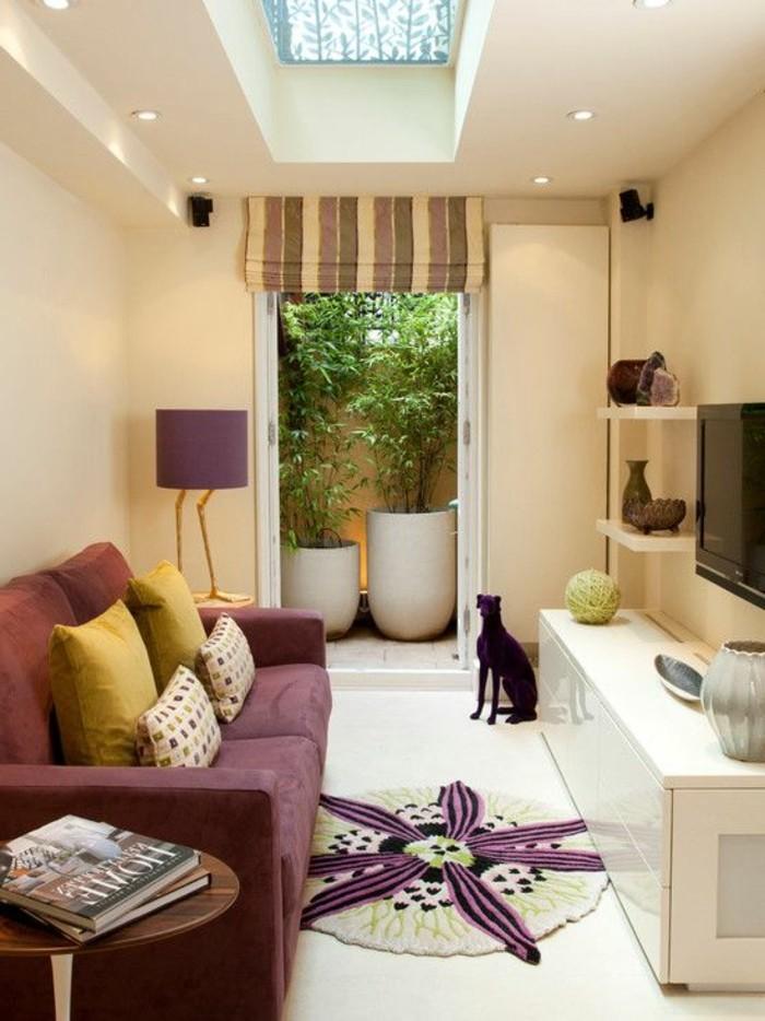 Arredamento salotto con un divano e mobile tv bianco e lucido, soffitto con finestra