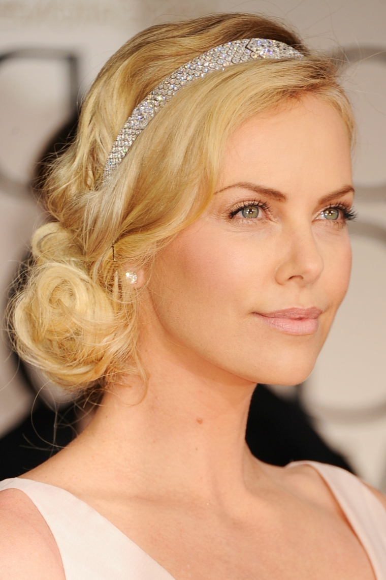 una bellissima idea per capelli legati morbidi adatti anche ad una cerimonia con una fascia di brillanti, rossetto rosa chiaro