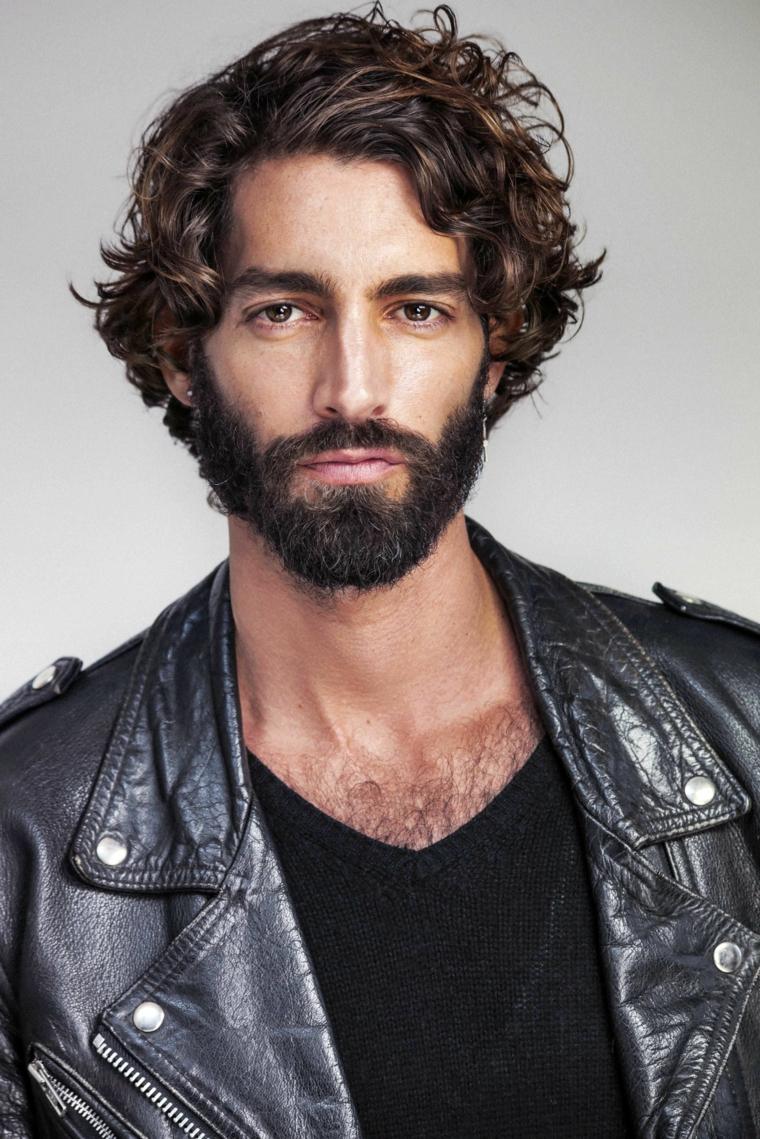 bellissima idea per tagli uomo ricci, con barba giubbotto di pelle e maglia a v nera