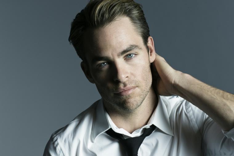 un'idea per un taglio da uomo classico e sempre attuale, occhi azzurri e barba incolta